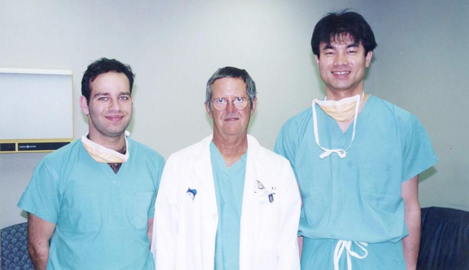 Shufflebarger教授(中央)、ギリシャ人留学生(左)、院長(右)