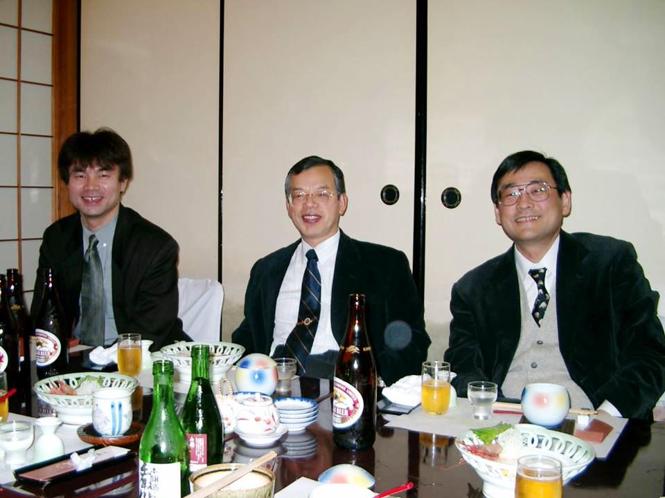 ある宴会の席(2005年)で、富田勝郎先生(中央)、川原範夫先生(右)