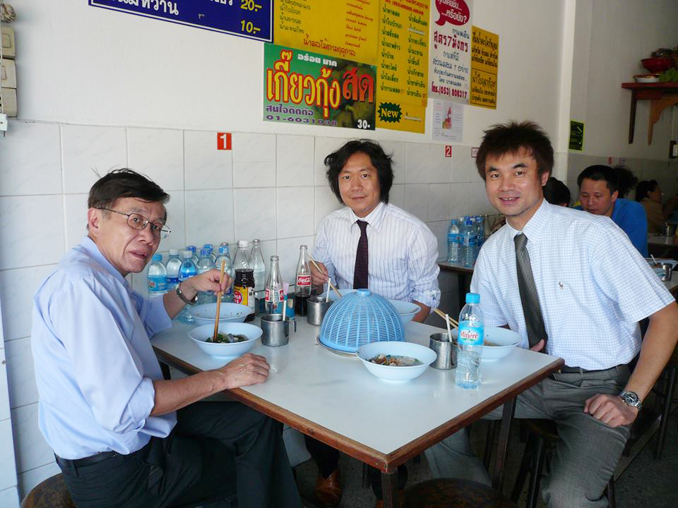 Korku 教授(左)、同行の神戸医療センター宮本先生(中)、院長(右)でランチ