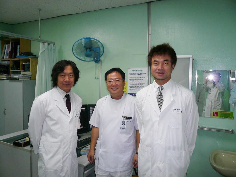 手Chung教授(中央)、院長(右)